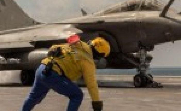 Irak: Le porte-avions français Charles de Gaulle engagé contre l'Etat islamique