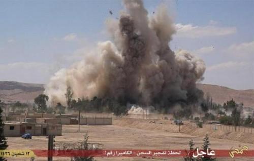 le 30 mai 2015 provenant du média jihadiste Welayat Homs montrant la destruction présumée de la prison de Palmyre par le groupe Etat islamique (EI) (AFP/-)