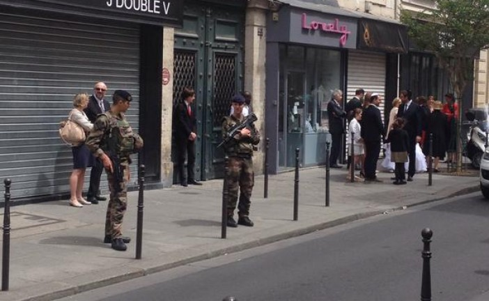 Des soldats en armes gardent un mariage juif dans le Marais à Paris