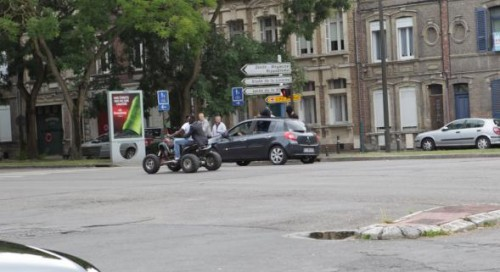 Des individus assis sur les portières, un jeune homme cagoulé, des occupants d'un quad non casqués... le cortège avait de quoi surprendre passants et automobilistes (Photo DT)