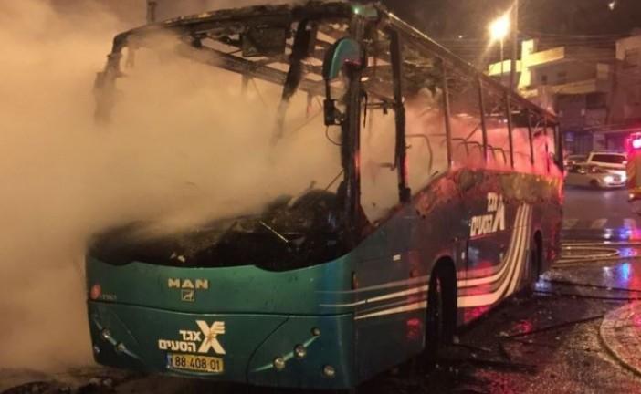 Des palestiniens mettent feu à un bus Israélien à Jérusalem.