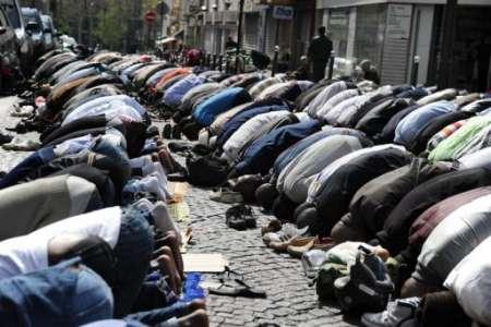 """AFP """"Prières collectives musulmanes dans la rue Myrrha en 2009"""""""