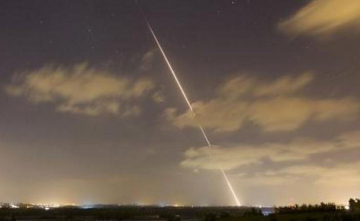 Une roquette tirée de Gaza explose dans un terrain vague en Israël.