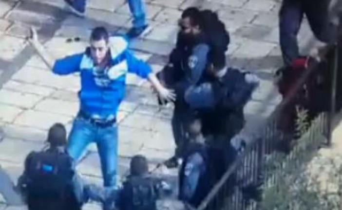 (Vidéo) Soudain il sort son couteau et poignarde les policiers