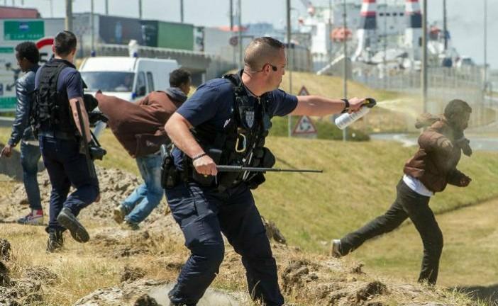 Video Calais: les « migrants » sortent sabres et barres de fer pour casser les voitures dans la ville