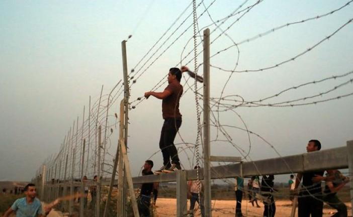 Des centaines d'émeutiers tentent de briser la clôture à la frontière de Gaza