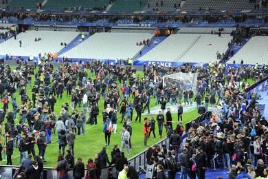 Les spectateurs se sont réfugiés sur la pelouse après le match -