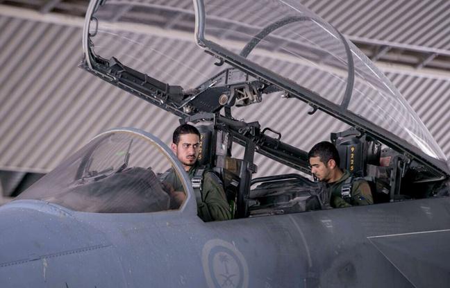 Photo d'archives du 24 septembre 2014 montrant deux pilotes saoudiens dans un chasseur participant aux frappes aériennes de la coalition anti-Daesh en Syrie