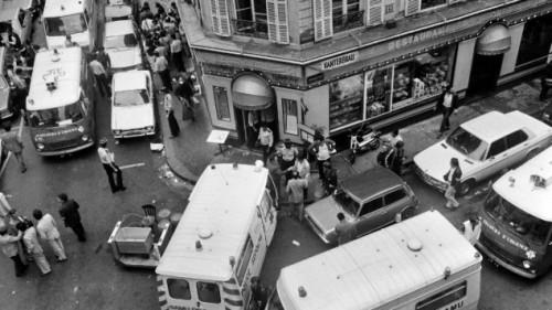 Photo d'archive datant du 9 août 1982 montrant les secours et la police rue des Rosiers après l'attentat qui a fait 6 morts et 22 blessés (Crédit : AFP / JACQUES DEMARTHON)