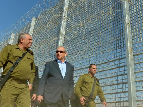 Binyamin Netanyahou et Gadi Eizenkot prés de la frontière jordanienne Crédit: Kobi Gideon/GPO