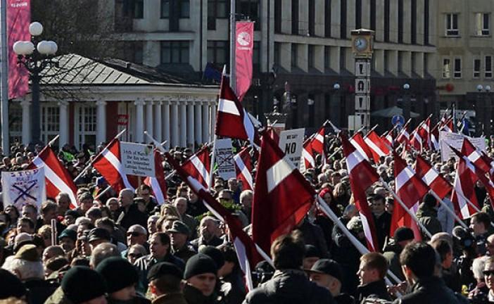 Parade SS: les nazis marchent dans les rues de la capitale lettonne.