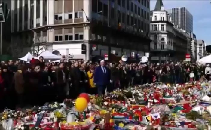 Nouvelle vidéo de l'homme criant «Palestine !» sur le mémorial aux victimes de Bruxelles. Les belges défendent enfin le drapeau israélien.