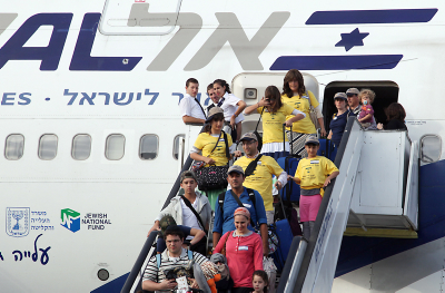"New immigrants from USA and Canada arrive on a special "" Aliyah Flight 2014"" on behalf of the Jewish Agency and the Nefesh B'Nefesh organization, at Ben Gurion airport in central Israel. The Nefesh B'Nefesh organization works on promoting immigration to Israel from western countries. Photo by Gideon Markowicz/FLASH90 *** Local Caption *** ????? ????? ???? ??? ????? ?? ?????? ??? ???? ?? ?? ????"