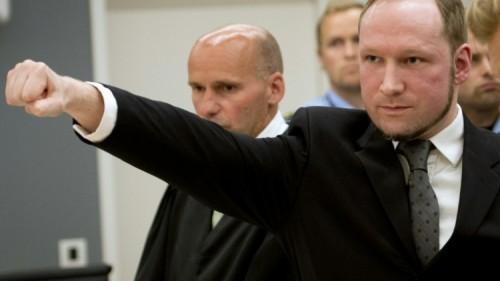 crédits/photos : ODD ANDERSEN (AFP/FILE) Anders Behring Breivik effectue une variante du salut nazi pendant son procès en 2012