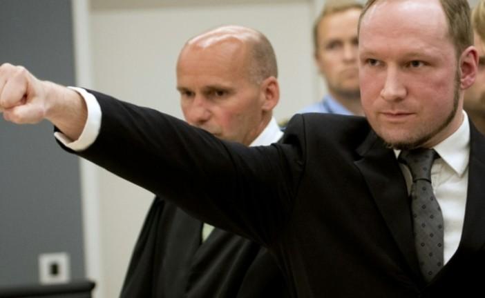 Le tueur norvégien Breivik fait le salut nazi lors de son arrivé au procès.
