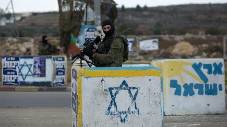 crédits/photos : MENAHEM KAHANA (AFP) Des soldats israéliens au check-point de Gush Etzion, le 2 décembre 2015, près de Hébron.