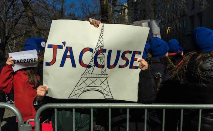 Des étudiantes manifestent à New York contre la montée de l'antisémitisme en France