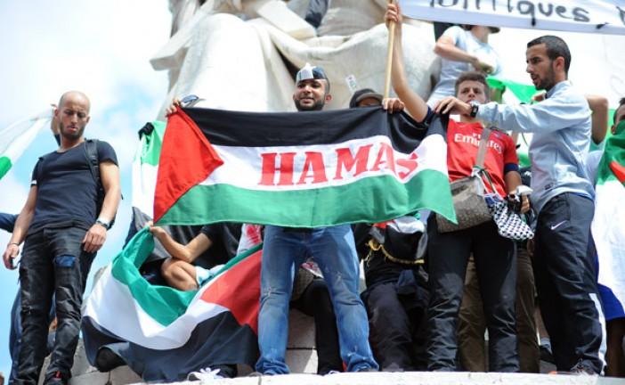 Nuit Debout-Place de  la République,  le drapeau palestinien  flotte encore , encore un mélange des genres