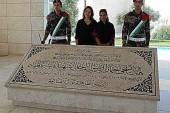 La  Chanteuse Noa  en Pèlerinage devant la Tombe de Arafat ( Terroriste ayant le sang d'enfants juifs sur les mains)