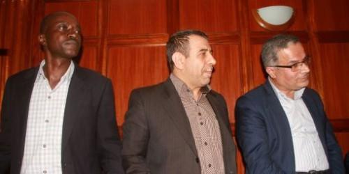 Les deux ressortissants iraniens, Sayed Nasrollah Ebrahimi et Abdolhossein Gholi Safaee, ainsi que leur chauffeur kényan, Moses Keyah Mbogah, lors de leur comparution devant un tribunal de Nairobi, le 1er décembre 2016. Ils ont été inculpés de «facilitation d'un acte terroriste» pour avoir filmé l'ambassade d'Israël avec leurs téléphones portables, depuis une voiture de leur ambassade.© Reuters/Stringer