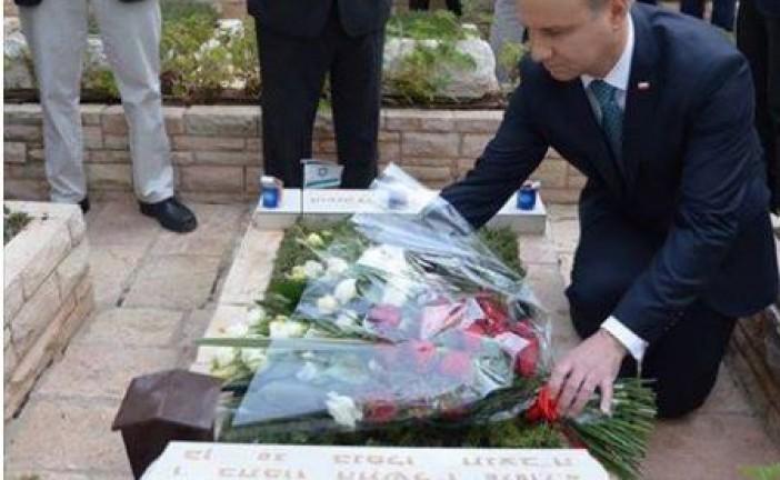 Le président polonais sur la tombe de Yoni Netanyahou !!!