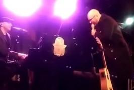 Obispo fait irruption sur scène et chante en hébreu avec Idan Raichel