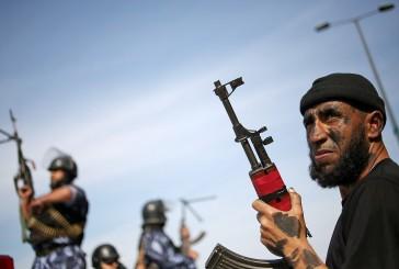 Les terroristes du Hamas s'engagent sur le chemin qui longe la frontière israélienne