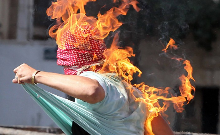Un terroriste lance une bombe incendiaire, rate son coup et met le feu à son keffieh