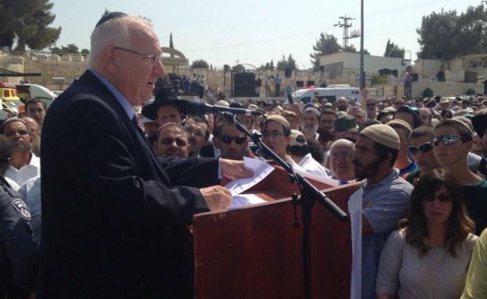 10 000 personnes rassemblées pour les funérailles des Henkin, tués par des terroristes arabes palestiniens.