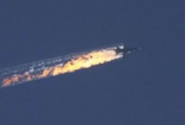 """[Vidéo] – Les syriens « modérés » soutenus par les Etats-Unis hurlent """"Allahu Akbar"""" devant le corps du pilote russe qui vient d'être abattu."""