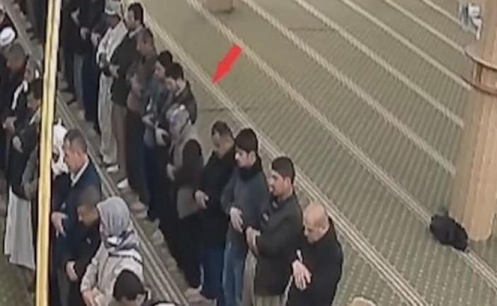Vidéo: Un homme s'écroule après une crise cardiaque en pleine prière dans une mosquée, personne ne bouge pour lui porter secours.