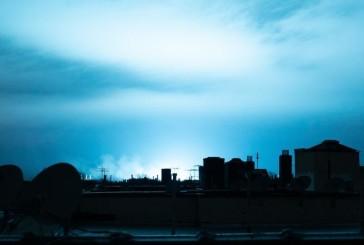 Video : New York: une explosion d'un transformateur électrique a provoqué des éclairs de lumière bleue sur le ciel du Queens.